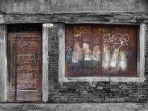 与上的遗弃腐朽的工厂建筑物窗口 库存图片