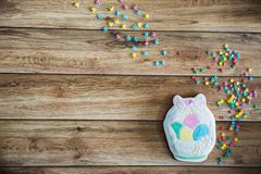 甜点,复活节桌的酥皮点心 与上色的复活节手画姜饼在木背景洒 图库摄影