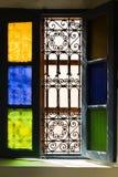 与上色的开窗口玻璃和阿拉伯格栅在马拉喀什 免版税库存照片