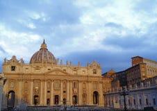 与上面多雨云彩的梵蒂冈大厦 免版税库存照片