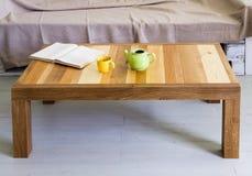 与上面的咖啡桌由不同的种类木头做成,在内部 免版税库存图片