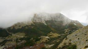 与下来厚实的云彩的山景到低地 影视素材