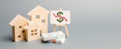 与下来箭头和木房子的海报 落的不动产市场的概念 减少的兴趣在抵押上 一种衰落 免版税图库摄影