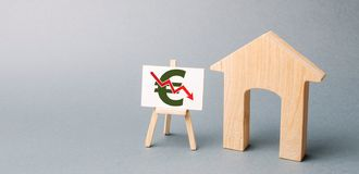 与下来箭头和木房子的海报 落的不动产市场的概念 减少的兴趣在抵押上 一种衰落 免版税库存照片
