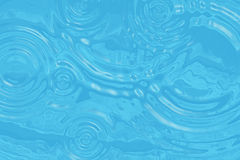 与下落圈子的波浪绿松石水表面  免版税库存图片