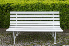 与下落的白色长凳从在绿色的雨离开backgro 库存图片