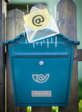 与下降入邮箱的电子邮件标志的信封 免版税库存照片