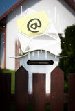 与下降入邮箱的电子邮件标志的信封 库存照片