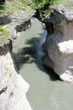 与下面一条快速的山河的峡谷 免版税库存图片