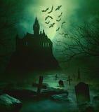 与下面下来坟园的Spoody城堡 免版税库存照片