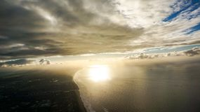 与下面海洋和城市的剧烈的地平线 库存图片