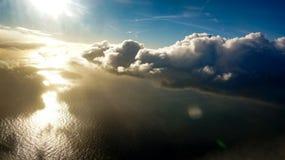 与下面海洋的剧烈的地平线 库存图片