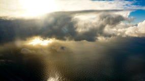与下面海洋的剧烈的地平线 库存照片