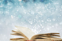 与不可思议的书的圣诞节背景 免版税图库摄影