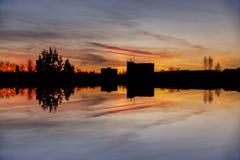 与不可思议的日出的早晨视图在拉脱维亚陶格夫匹尔斯市 免版税库存图片