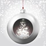与不可思议的焕发的圣诞节球在多雪的背景 库存照片