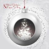 与不可思议的焕发nad五彩纸屑的圣诞节球在多雪的背景 免版税图库摄影
