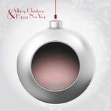 与不可思议的闪烁的圣诞节球在灰色背景 库存图片