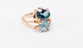 与不同的颜色topazes的两只金戒指  库存图片