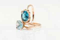 与不同的颜色topazes的两只金戒指  免版税库存照片