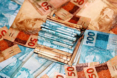 与不同的价值笔记的巴西金钱包裹  免版税库存图片