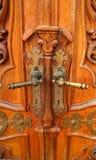 与不对称被佩带的把柄的老木门 库存照片