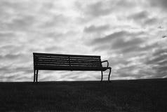与不祥的天空的长凳 免版税图库摄影