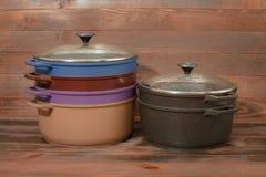 与不粘锅的涂层的铝炊具 库存图片