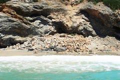 与不能接近的岩石的海风景 免版税库存图片