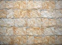 与不规则地被切开的白色和棕色人为石头的内部粗陶器墙壁覆盖 库存照片