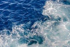 与不规则的波浪结构的蓝色和绿松石水 图库摄影
