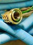 与不锈钢耳轮缘金属管的蓝色橡胶  免版税库存照片