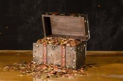 与与欧洲硬币的宝物箱 库存图片