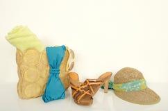 与与海滩辅助部件的夏天袋子 免版税库存照片