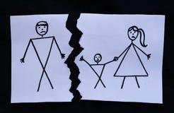 与与被撕开的妈妈、孩子和爸爸的图画离婚 免版税图库摄影