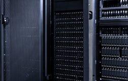 与与门户开放主义的黑暗的服务器室数据中心存贮计算机主机 图库摄影