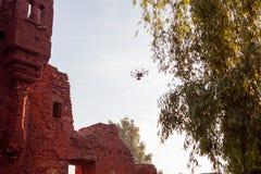 与专业照相机的寄生虫拍在古老废墟上的照片 免版税图库摄影