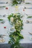 与专属植物布置的婚礼桌为在绿叶样式的招待会、婚礼或者事件焦点做准备 库存照片