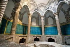与专栏和一个铺磁砖的游泳池的老hamam浴 库存图片