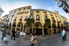 与专栏和曲拱的一个古老大厦在意大利 免版税图库摄影