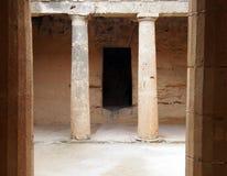 与专栏的古老坟茔墓室和门道入口在大墓地第3在帕福斯,塞浦路斯 免版税库存图片