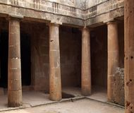 与专栏的古老坟茔墓室和门道入口第3在国王`大墓地的坟茔在帕福斯,塞浦路斯 库存图片