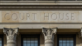 与专栏的法院大楼标志 库存图片