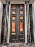 与专栏的门在法国街区 库存照片