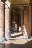与专栏的经典橙色画廊在阳光下 免版税库存照片