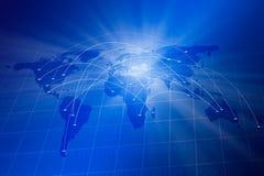 与世界地图、二进制编码和数字式连接通信的蓝色栅格 免版税图库摄影
