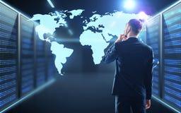 与世界地图投射的商人在走廊 免版税库存图片