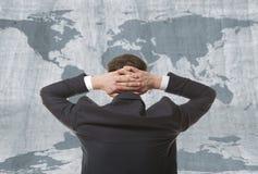 与世界地图的商人 免版税图库摄影