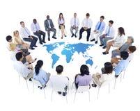 与世界地图的国际业务会议 免版税图库摄影