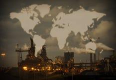 与世界地图的大量钢铁工业 免版税库存照片